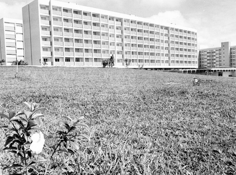 26/04/1977. Crédito: Tadashi Nakagomi/CB/D.A Press. Brasil. Brasília - DF. Terreno sem árvore, com alguns prédios ao fundo, em área da SQN 106 da Asa Norte.