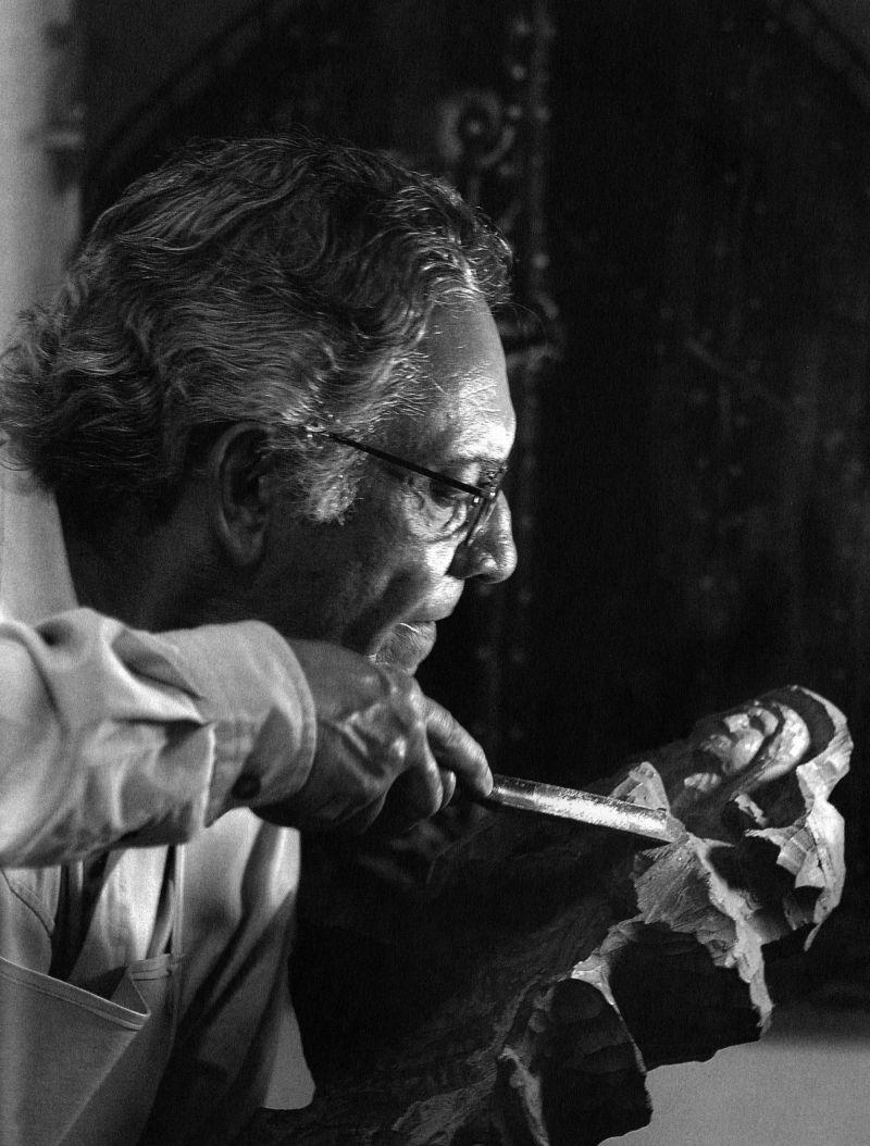 Crédito: Mila Petrillo/Reprodução. O cineasta Vladimir Carvalho esculpe peça em madeira; imagem do catálogo Vladimir Carvalho DOC 8.0.