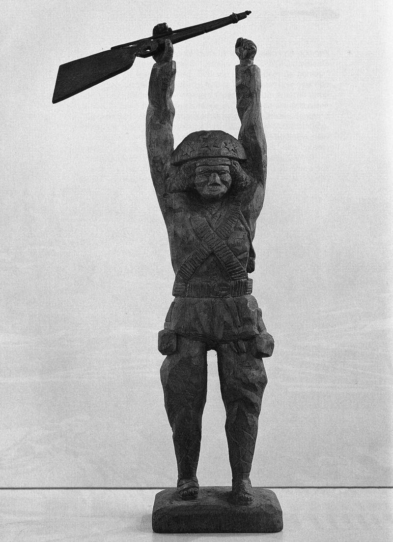 Crédito: Júnior Aragão/Reprodução. Cangaceiro, escultura em madeira feita pelo cineasta Vladimir Carvalho; imagem do catálogo Vladimir Carvalho DOC 8.0.