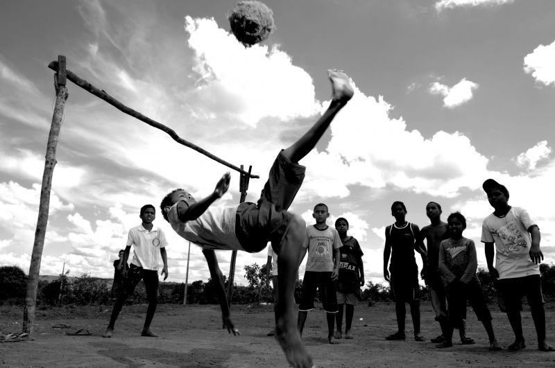 09/12/2007. Crédito: Carlos Vieira/CB/D.A Press. Brasil. Brasília - DF. Crianças jogando futebol no Lago Azul.