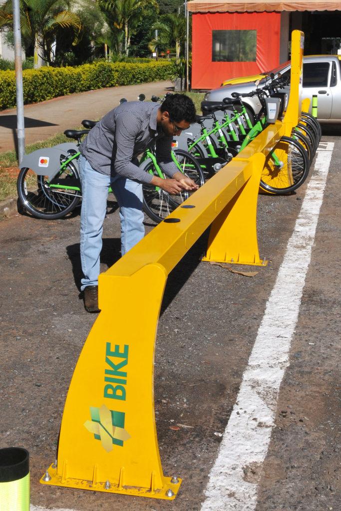 Asa Norte, Plano Piloto, Brasília, DF, Brasil 22/5/2018 Foto: Gabriel Jabur/Agência Brasília. O governo de Brasília entregará, nesta terça-feira (22), mais duas estações de bicicletas compartilhadas na Asa Norte. Elas ficam nas Quadras 408/409 e 410/411, região próximo à Universidade de Brasília (UnB), onde há grande utilização desses veículos. Com o reforço ao programa +Bike, a capital passa a contar, agora, com 47 estações de compartilhamento. De acordo com o secretário de Mobilidade, Fábio Damasceno, os novos pontos foram escolhidos em razão da alta demanda.