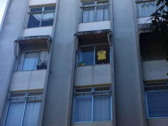 Camisa da Seleção que pertencia a João Lucas pendurada na janela do apartamento onde ele morava e morreu (foto: Mariana Machado/Esp. CB/D.A Press)