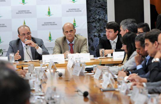 Governador Ibaneis Rocha com secretários
