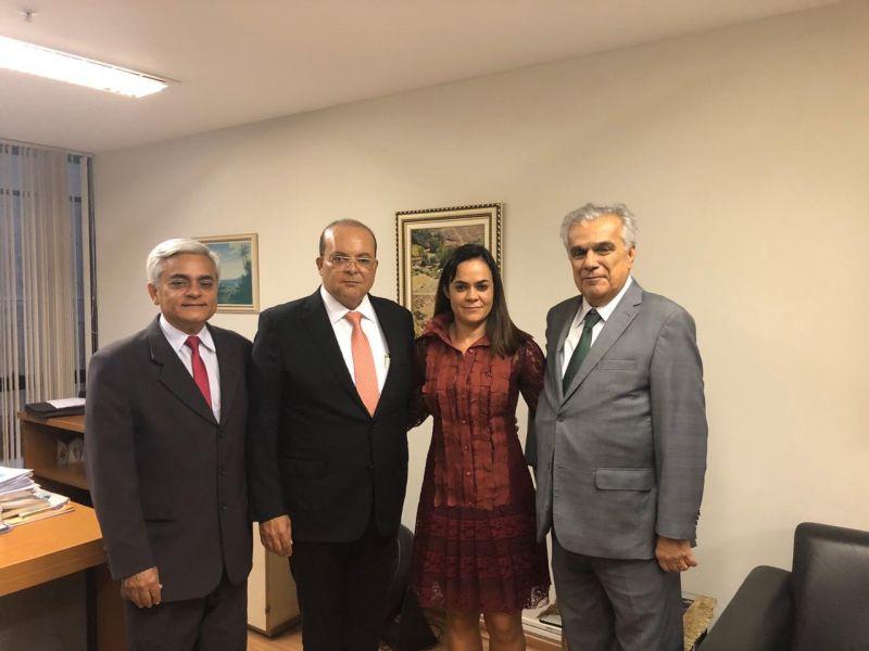 Governador Ibaneis Rocha e a diretora da Terracap Kaline Gonzaga visitam o gabinete do desembargador Roberval Belinati no TJDFT
