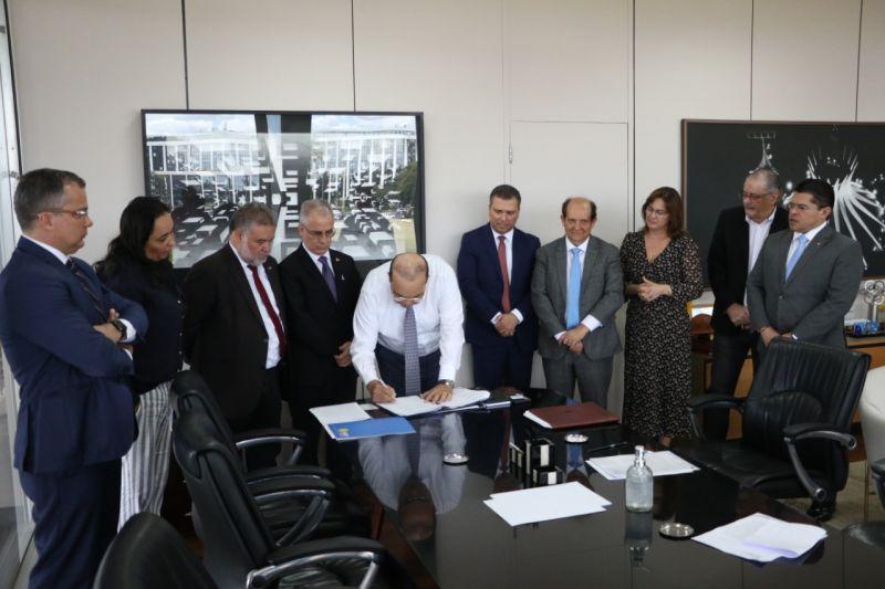. O governador Ibaneis Rocha assina autorização para linha de crédito do BRB de R$ 1 bilhão. Valor será destinado a empresários durante crise do coronavírus