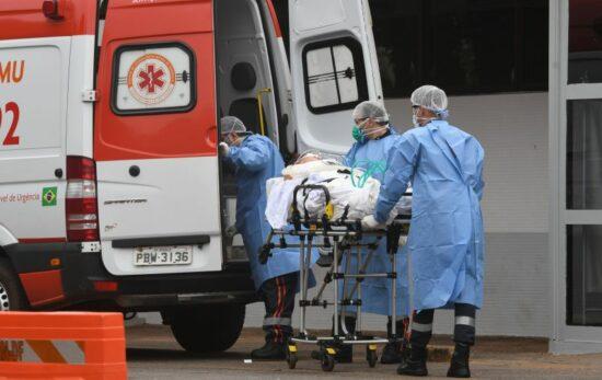 Paciente com covid-19 sendo transferido do HRAN