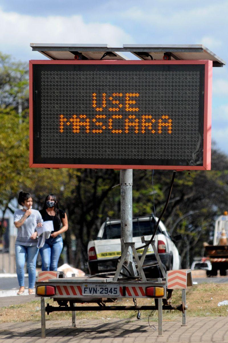 Pandemia covid 19 pessoas com e sem mascara no centro da Ceilândia