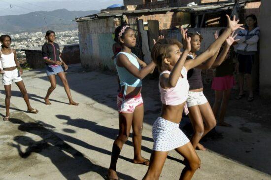 Meninas jogam queimada na comunidade Central do Complexo do Alemao.