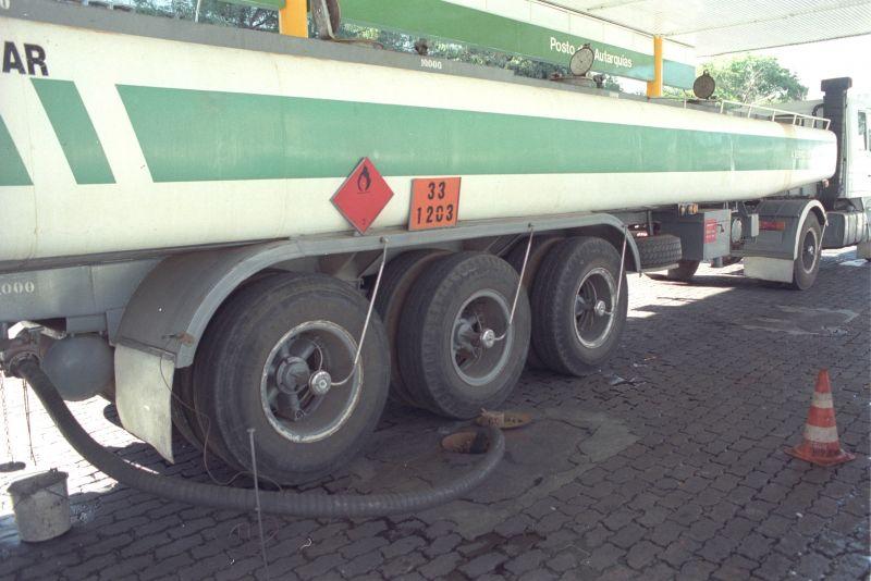 Crédito: Ricardo Borba/CB/D.A Press. Brasil. Brasília - DF. Caminhão tanque de distribuidora da Petrobras abastece posto de combustíveis BR.