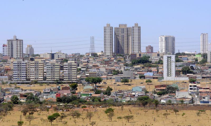Crédito: Ed Alves/CB/D.A. Press. Brasil. Brasília - DF. Crescimento de Samambaia. Visão aérea da cidade.