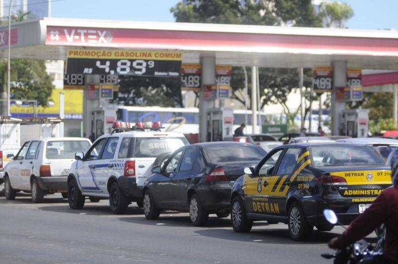 Com a greve dos caminhoneiros longas filas continuam se formando para abastecer nos postos de gasolina. Crédito: Ed Alves/CB/D.A. Press.