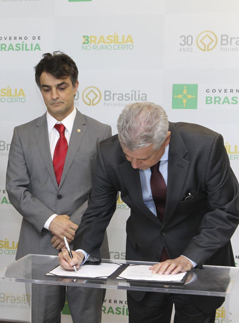 O governador Rodrigo Rollemberg assina acordo com o Ministério Público para modernizar o Procon-DF. Crédito: Toninho Tavares/Agencia Brasilia.