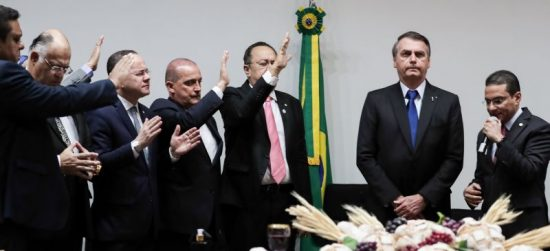 Bolsonaro recebendo oração na Câmara dos Deputados