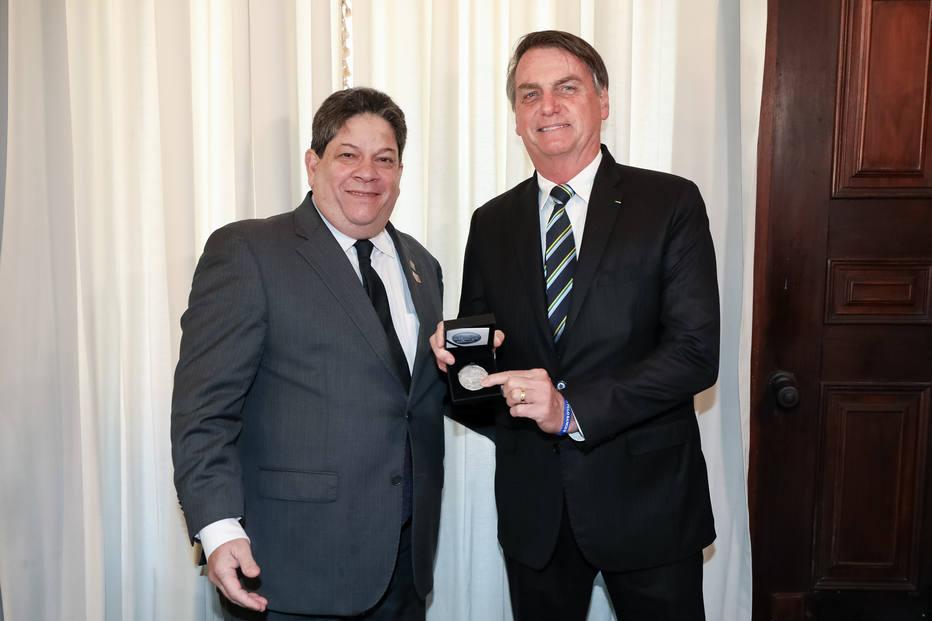 O presidente Jair Bolsonaro e o então presidente da Casa da Moeda, Alexandre Borges Cabral, em maio de 2019 Foto: