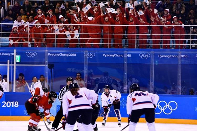 Equipe de hóquei feminina foi símbolo da união entre Coreia do Sul e do Norte nos Jogos de PyeongChang/ Foto: Brendan Smialowski/AFP
