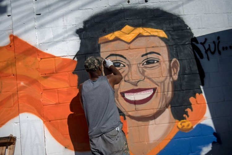 Imagem de Marielle é pintada em um mudo do Brasil. Homenagem à vereadora do PSOL após ser assassinada a tiros dentro do carro