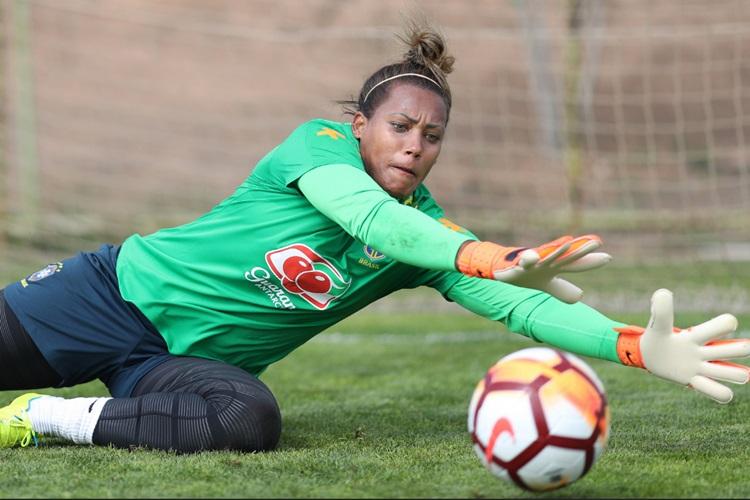 Goleira Bárbara em treino da Seleção Brasileira na preparação para Copa América do Chile