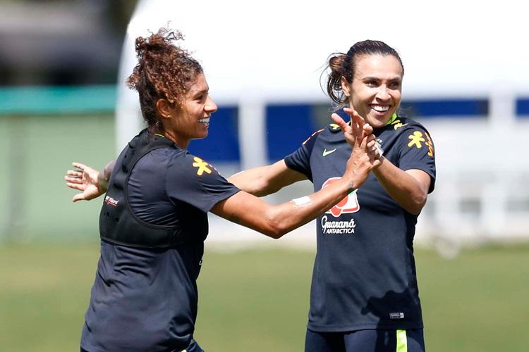 Marta e Cristiane em treino para Copa América de futebol feminino no Chile