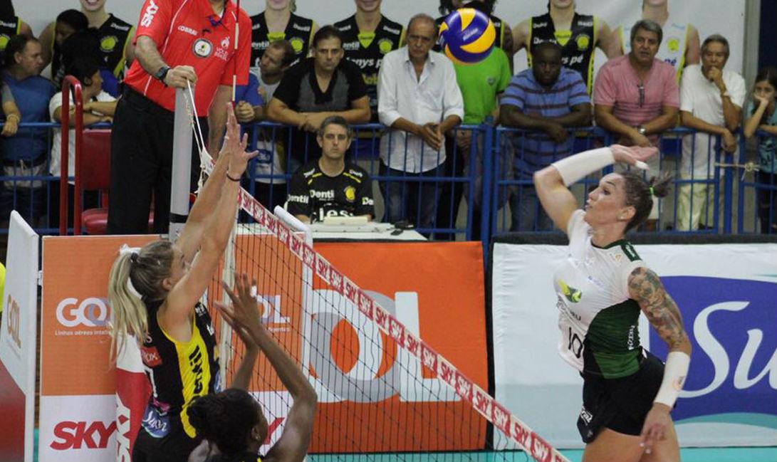 Bauru, da oposta Tifanny, contra o Praia Clube pelas quartas de final de Superliga feminina