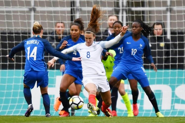 França e Inglaterra em jogo pela SheBelieves Cup, em 2018 | Foto: AFP
