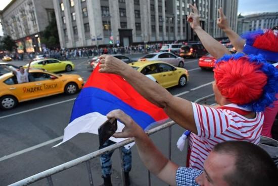 Torcedores russos aprenderam a torcer nas ruas na Copa do Mundo