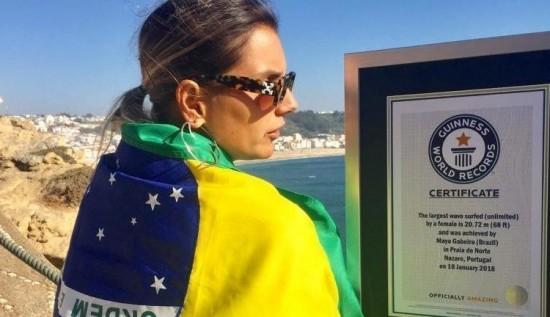 Maya Gabeira entra pro Guinness Book, o livro dos recordes, por ter surfado a maior onda entre as mulheres