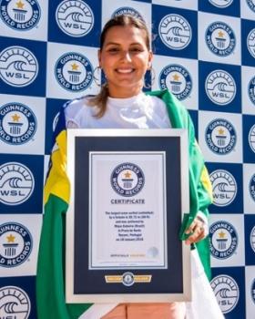 Maya Gabeira surfa maior onda entre as mulheres e entra para o Guinness Book, o livro dos recordes