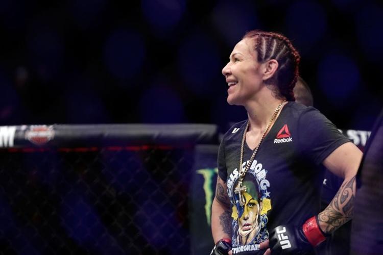 Cris Cyborg fala que vai continuar lutando dentro ou fora do UFC e que não vai baixar do peso-pena para continuar na organização