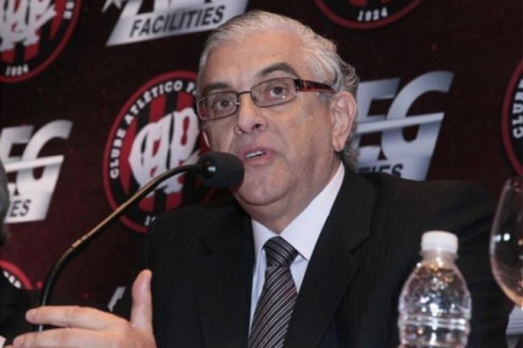 Mario Celso Petraglia, presidente do Conselho Deliberativo do Athletico, humilha repórter mulher em coletiva de imprensa do clube