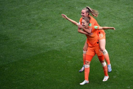 Vivianne Miedema marca dois gols na vitória da Holanda por 3 x 1 sobre Camarões