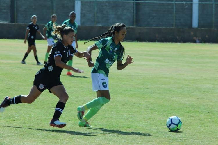Tamires em disputa de bola na vitória do Corinthians sobre o Minas Icesp Df, pelo Campeonato Brasileiro feminino A1