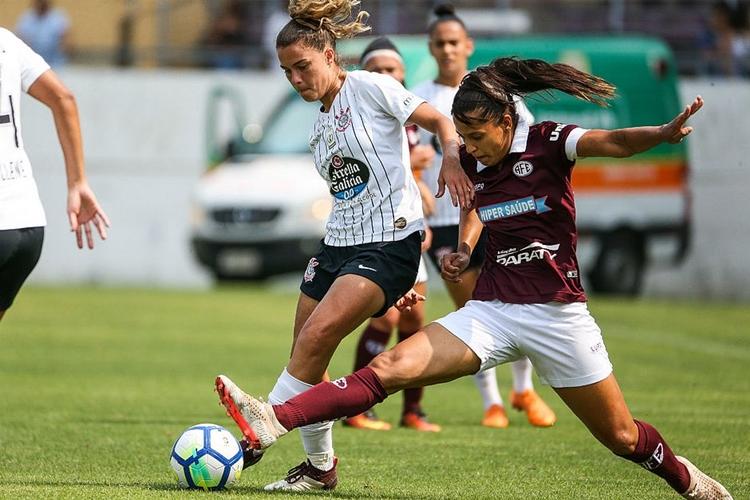 A jogadora Tamires, do Corinthians, disputa a bola com uma jogadora da Ferroviária. Os dois times decidiram o título do Brasileirão e disputam a Libertadores feminina em 2019