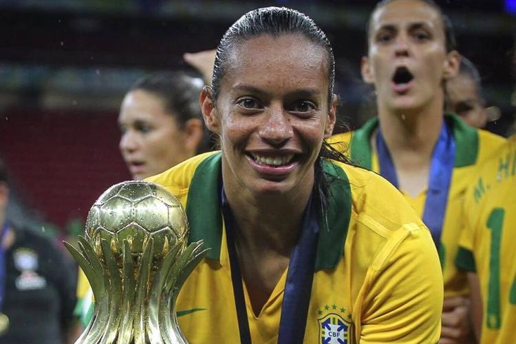 Rosana com o troféu de campeãs do Torneio Internacional de Brasília de 2014