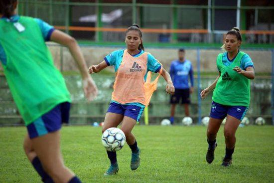 A meia Katrine, ex-Grêmio, em treino com o Minas Icesp Brasília antes da estreia no Brasileirão feminino 2020