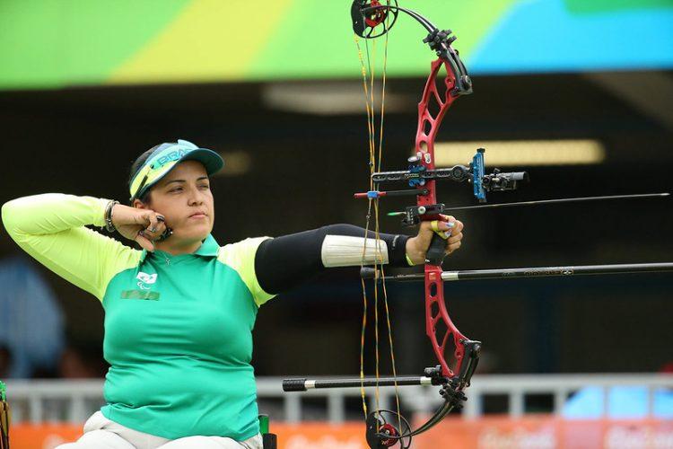 Jane Karla em posição de tiro na disputa das quartas de final do tiro com arco das Paralimpíadas do Rio, em 2016