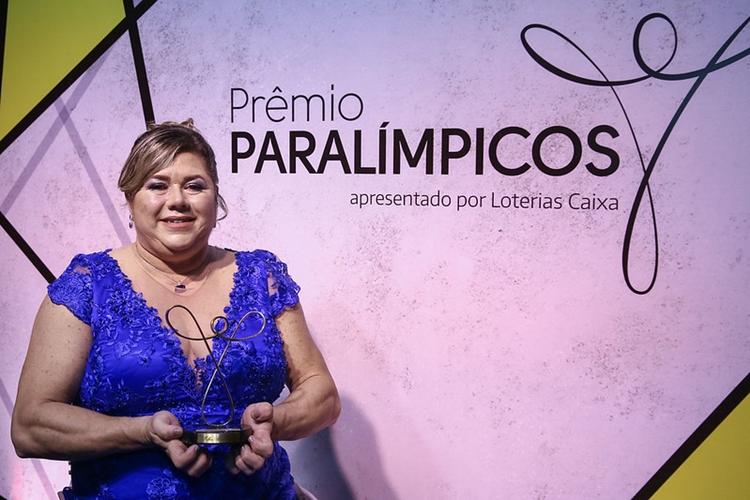 Mulheres nas Olimpíadas: a atleta paralímpica Beth Gomes com o prêmio de melhor do ano de 2019, premiação realizada pelo Comitê Paralímpico Brasileiro (CPB)