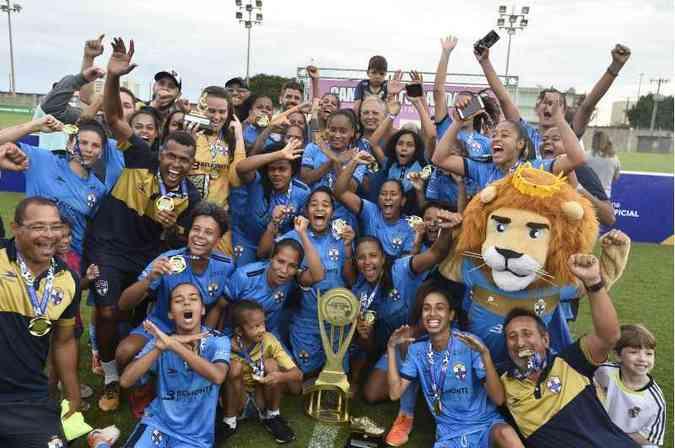 Time de futebol Real Brasília feminino com a taça de campeão do candangão feminino de 2019