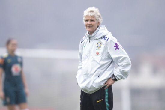 A técnica Pia Sundhage em treino da Seleção Brasileira feminina na Granja Comary em preparação para os Jogos Olímpicos de Tóquio