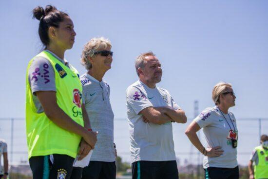 A sueca Pia Sudhage com a comissão técnica diversificada no comando da Seleção Brasileira feminina