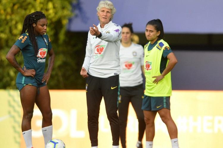 Pia Sundhage em treino com a Seleção Brasileira feminina de futebol