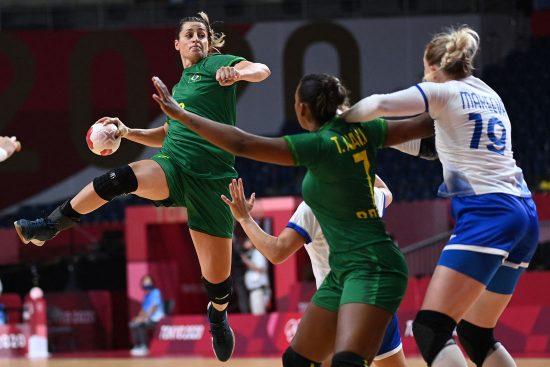As Leoas da seleção brasileira feminina de handebol começaram começaram bem nos Jogos Olímpicos de Tóquio: um empate para Rússia e uma vitória sobre a Hungria