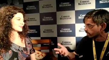 A atriz Gilda Nomacce em entrevista ao Correio Braziliense, no 50º Festival de Brasília do Cinema Brasileiro. Reprodução