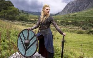 Mulheres Vikings eram guerreiras escudeiras. Elas não são um mito. Descoberta arqueológica recente revelou que as vikings atravessavam os mares e lutavam ao lado dos homens. Pesquisas da University of Western Australia sobre ossadas de aldeia Viking concluem que a quantidade de guerreiras mulheres era equivalente ao número de homens.