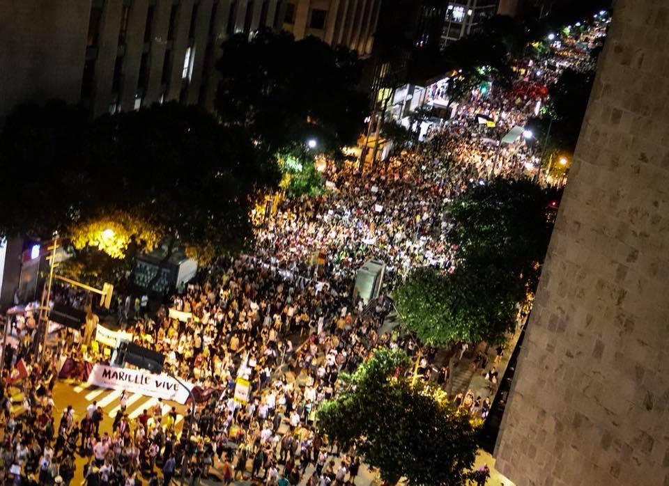 Avenida Rio Branco, no centro do Rio de Janeiro, completamente tomada, ontem (20), ecoando a voz ceifada da vereadora assassinada Marielle Franco (PSol). Fontes partidárias estimam que mais de 100 mil manifestantes foram às ruas em protesto contra o atentado, em diversas capitais. Em São Paulo, as tempestades atrapalharam a manifestação que aconteceria na Avenida Paulista. Foto: Mayara Donaria