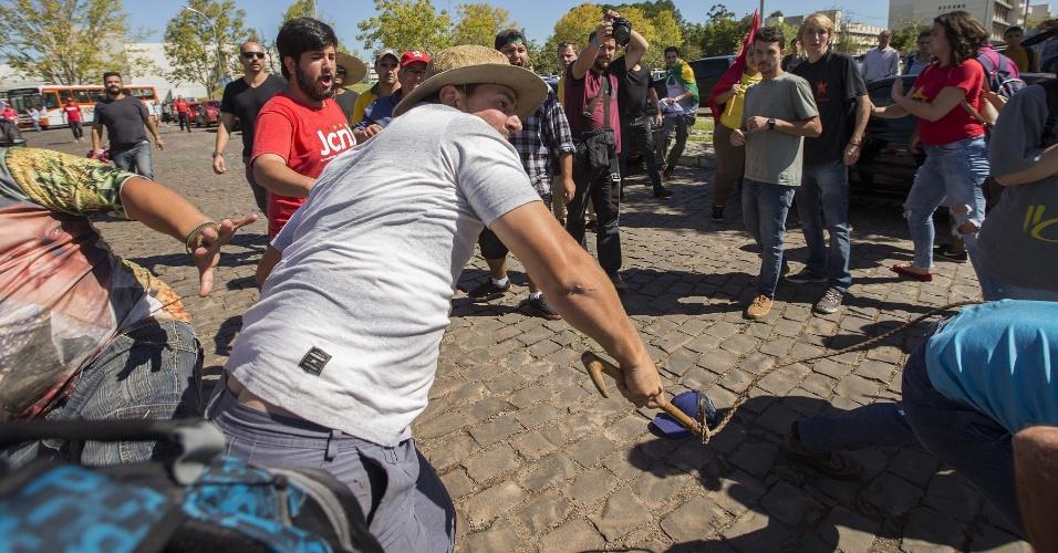 Ruralista ataca trabalhador que militava pela Caravana de Lula, em Santa Maria (RS).