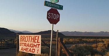 Placas dos bordeis de Nevada; no meio do nada. Fronteiras límbicas.