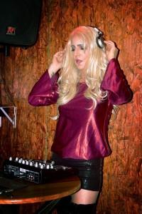 Nas notes de sábado, a DJ La Rubia comanda as picapes