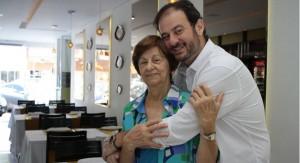 A matriarca Anice Abdala Bitar, responsável pelas receitas, recebe o abarço do filho Eduardo Haddad