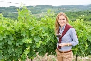 2014. Crédito: Amanda Jacobus/Divulgação. Enóloga Mônica Rossetti com o vinho Faces.