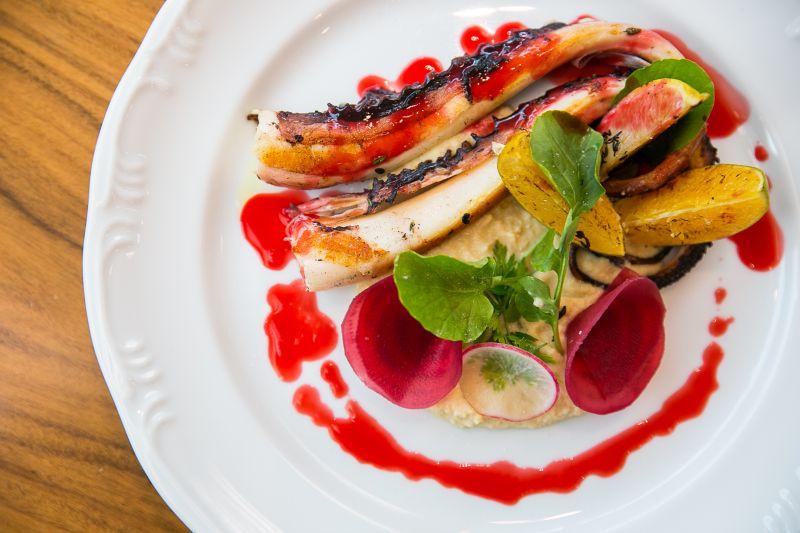 Créditos: Gilberto Evangelista/Divulgação. Polvo grelhado, húmus e frutas cítricas do restaurante La Tambouille.